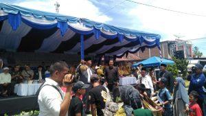 Bupati madina mengangkat durian/ sri aidah
