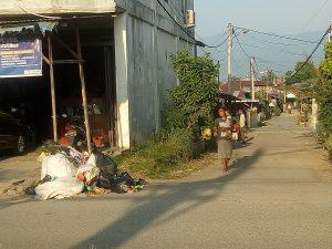 Sampah di simpang jalan/ Dita