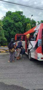 Pekerja naik bus