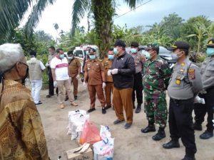 Sekda Asahan Taufik Zainal Abidin SSos , MSi saat menyerahlan bantuan kepada 17 ODP.