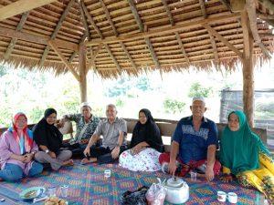 Keluarga Rangkuty dan Pulungan foto dengan M. Sofwat Nasution di Desa Runding
